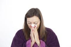 Mujer que tiene un frío Foto de archivo
