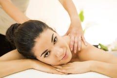 Mujer que tiene un masaje Fotos de archivo libres de regalías