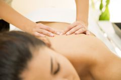 Mujer que tiene un masaje Imagenes de archivo