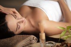 Mujer que tiene un masaje en un balneario Foto de archivo