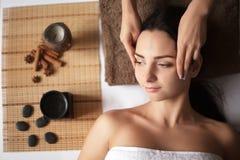 Mujer que tiene un masaje en un balneario Imagen de archivo libre de regalías