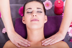 Mujer que tiene un masaje facial relajante fotos de archivo libres de regalías