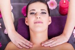 Mujer que tiene un masaje facial relajante imagenes de archivo