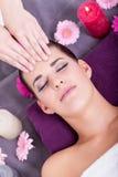 Mujer que tiene un masaje facial relajante foto de archivo libre de regalías