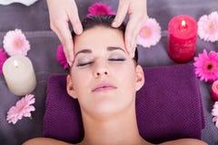 Mujer que tiene un masaje facial relajante fotografía de archivo libre de regalías