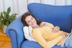 Mujer que tiene un stomachache Foto de archivo libre de regalías