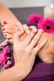 Mujer que tiene un tratamiento de la pedicura en un balneario Imagen de archivo