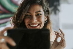 Mujer que tiene una llamada video imagen de archivo libre de regalías
