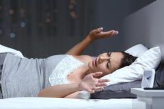 Mujer que tiene una pesadilla en la noche Foto de archivo libre de regalías