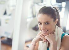 Mujer que tiene una rotura en el gimnasio Fotografía de archivo libre de regalías