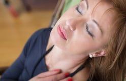 Mujer que tiene una siesta Foto de archivo libre de regalías