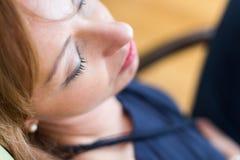 Mujer que tiene una siesta Imágenes de archivo libres de regalías
