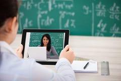 Mujer que tiene videochat con la tableta digital Fotografía de archivo