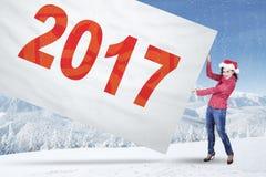 Mujer que tira de la bandera con 2017 Imagen de archivo libre de regalías