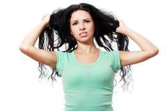 Mujer que tira de su pelo Imágenes de archivo libres de regalías