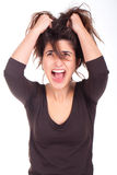 Mujer que tira de su pelo y que grita Foto de archivo