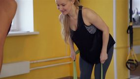 Mujer que tira de una banda elástica en fisioterapia almacen de metraje de vídeo