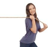 Mujer que tira de una cuerda Foto de archivo libre de regalías