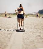 Mujer que tira del trineo de Crossfit Fotos de archivo libres de regalías