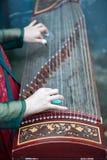 Mujer que toca el instrumento de música del chino tradicional de Guzheng fotos de archivo libres de regalías