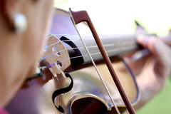 Mujer que toca el violín imagen de archivo libre de regalías