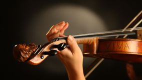 Mujer que toca el violín almacen de video
