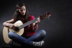 Mujer que toca la guitarra Imágenes de archivo libres de regalías