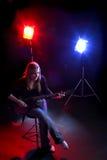 Mujer que toca la guitarra Fotografía de archivo libre de regalías