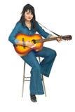 Mujer que toca la guitarra acústica Imagen de archivo