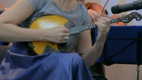 Mujer que toca la mandolina metrajes