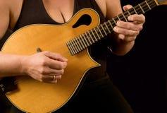 Mujer que toca la mandolina imagenes de archivo