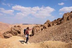 Mujer que toca la roca para la diversión fotos de archivo libres de regalías