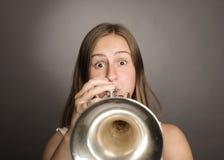 Mujer que toca la trompeta imagen de archivo libre de regalías