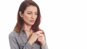 Mujer que toca su anillo de bodas que piensa en los problemas de la boda aislados almacen de video