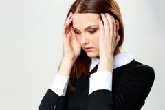 Mujer que toca su cabeza con dolor de cabeza Foto de archivo libre de regalías
