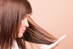 Mujer que toca su pelo Imagen de archivo
