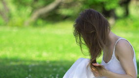 Mujer que toca su pelo almacen de video