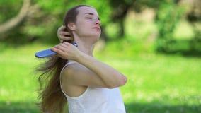 Mujer que toca su pelo almacen de metraje de vídeo