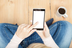 Mujer que toca un smartphone Imagen de archivo