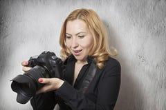 Mujer que toma cuadros Imágenes de archivo libres de regalías