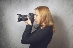 Mujer que toma cuadros Fotografía de archivo