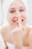 Mujer que toma cuidado de su cara imágenes de archivo libres de regalías