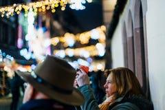 Mujer que toma el mercado de la Navidad en la foto Fotografía de archivo libre de regalías