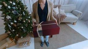 Mujer que toma el regalo almacen de metraje de vídeo