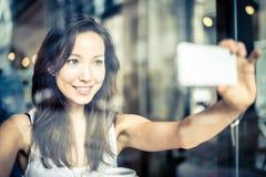 Mujer que toma el selfie Imagen de archivo