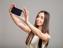 Mujer que toma el selfie Foto de archivo libre de regalías