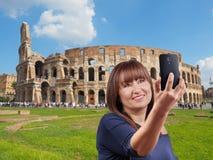 Mujer que toma el selfie Colosseum Roma Fotografía de archivo libre de regalías