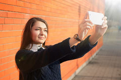 Mujer que toma el selfie con la cámara del smartphone Imagen de archivo libre de regalías