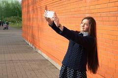 Mujer que toma el selfie con la cámara del smartphone Foto de archivo