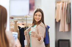 Mujer que toma el selfie del espejo por smartphone en la tienda Imágenes de archivo libres de regalías